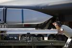 Cảnh lắp tên lửa chống hạm cực mạnh trên máy bay ném bom B-1 của Mỹ