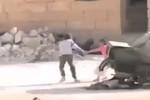Video: Cậu bé Syria dũng cảm băng qua làn đạn cứu bạn