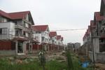 Hàng loạt biệt thự chục tỷ xây xong bỏ hoang vì khách không nhận nhà