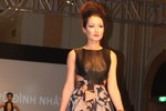 Anna Trương làm vedette trên sàn diễn thời trang