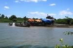 Dân bức xúc vì khai thác cát gây sạt lở bờ sông Kiến Giang