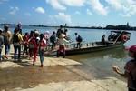 Hàng trăm học sinh hàng ngày đạp xe chờ đò sang sông đến trường từ 5 giờ sáng