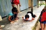 Ở nơi ấy, học sinh chân trần trèo dốc đến trường