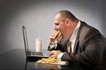 Ăn trưa đúng cách ở bàn làm việc