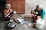 Dân Quảng Tiến nói chuyện phải đeo khẩu trang, ăn cơm chung với... ruồi