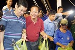 Bộ trưởng Trương Minh Tuấn mua cá, ăn cá biển hấp ngay tại cảng Nhật Lệ