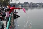 Ngày ông Táo về trời: Người dân Hà Nội đổ xô đi thả cá, xả rác
