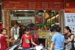 """Vàng """"lao dốc"""": Người dân Hà Nội đổ xô đi mua"""