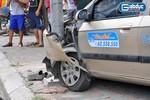 Hà Nội: Taxi mất lái lao lên vỉa hè, đâm thẳng vào cột điện