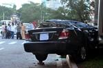 Gây tai nạn nghiêm trọng, xe Camry bỏ chạy húc phải cột điện