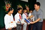 Báo Giáo dục Việt Nam trao tặng học bổng cho học sinh nghèo vượt khó