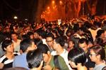 Hết giờ vào viếng, hàng nghìn người vẫn đứng trước cổng nhà Đại tướng