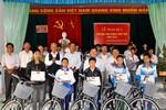 Báo Giáo dục Việt Nam trao xe đạp cho trẻ em nghèo ở Phú Thọ