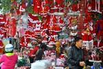 Rộn ràng, tấp nập mùa mua sắm Noel trên phố cổ Hà Nội