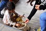 """Hàng rong, """"cái bang"""" bủa vây du khách đi lễ hội chùa Bái Đính"""