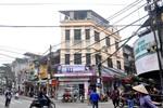 """Ngày càng nhiều """"nhà dị"""" phá vỡ kiến trúc phố cổ Hà Nội"""