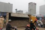 Hà Nội: Lật xe tải, tài xế bất tỉnh trong cabin