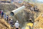 """Vẫn """"không biết vì sao"""" đường ống dẫn nước sông Đà liên tục bị vỡ"""