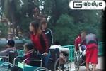 """Clip:Ổ nhóm giả què thu nhập nghìn USD một tháng """"đua xe lăn"""" trên phố"""