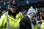 Fan cuồng 21 tuổi của Man City tấn công Ferdinand 'ăn năn hối lỗi'