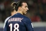 Ibrahimovic lại tung cước vào mặt đối thủ