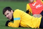 Thua Real, thua Ronaldo, Messi lăn ra ốm