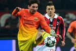Sao AC Milan tranh nhau xin áo đấu của Messi