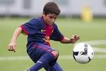 Bàn thắng 'nhanh như điện' của Messi nhí