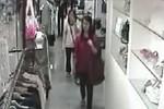 """Clip: """"Cô gái sành điệu"""" nhanh tay ăn trộm đồ hiệu"""