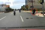Clip: Ôtô truy đuổi hai tên cướp giỏ xách