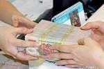 Ngân hàng thu phí nộp, rút tiền mặt: Lợi hay không lợi?