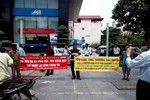 Hàng chục người lao động treo băng rôn đòi nợ Vinaconex