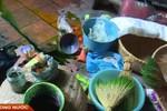 """""""Đột nhập"""" cơ sở nhuộm cốm bằng hóa chất lạ ở Mễ Trì"""