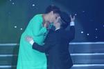 Siu Black bất ngờ hôn đắm đuối Quang Hà trước cả nghìn khán giả