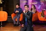 Nam diễn viên Philippines quỳ gối cảm ơn khán giả Việt trên sân khấu
