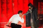 """Ngọc Sơn quỳ gối hôn tay """"nữ hoàng nhạc Rock"""" trước 5000 khán giả"""
