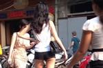Nóng mắt với thời trang hở hang dạo phố của teen Việt