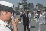 Bộ trưởng Hải quân Hoa Kỳ thăm thủy thủ đang giao lưu với hải quân Việt Nam