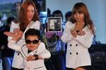 'PSY nhí' nhảy Gangnam Style tưng bừng bên 2 mỹ nữ