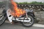 Diễn biến vụ chiếc xe máy bốc cháy ngùn ngụt giữa phố Hà Nội