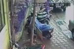 Clip: Liều lĩnh trộm xe máy sát đồn công an phường