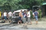 Vừa đẩy ôtô từ trong nhà ra, bỗng nhiên xe phát cháy dữ dội