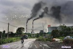 Khói đen phun ra từ nhà máy nhiệt điện Uông Bí tỏa kín bầu trời