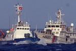 Tàu Trung Quốc quay ra ném đá, ném chai lọ sang tàu Việt Nam