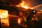 Khói lửa ngút trời, thiêu rụi nhà xưởng khu công nghiệp ở Bình Dương