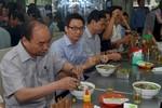 Thủ tướng vi hành, ăn phở và uống cà phê đá bình dân ở TP.Hồ Chí Minh