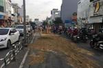 Cảnh sát giao thông đội nắng xử lý dầu nhớt tràn ra mặt đường