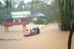 Băng dính - lũ lụt và những câu chuyện về nghề giáo