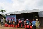 Truyền tải điện Đắk Lắk trao quà quyên góp ủng hộ gia đình có hoàn cảnh khó khăn