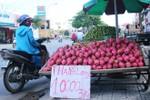 Nghịch lý nhập khẩu triệu USD trái cây ngoại, trái cây nội rẻ như cho
